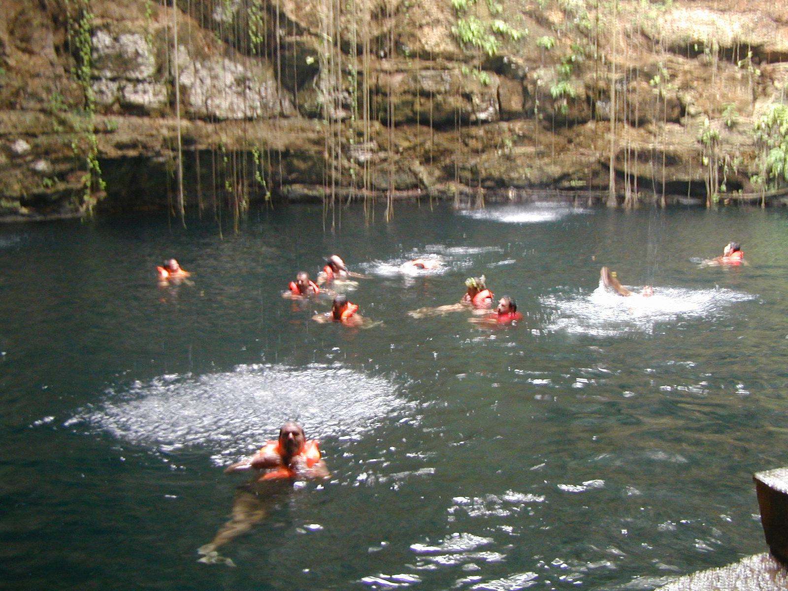Cenote Ik-Kil en la carretera Chichen Itza Valladolid